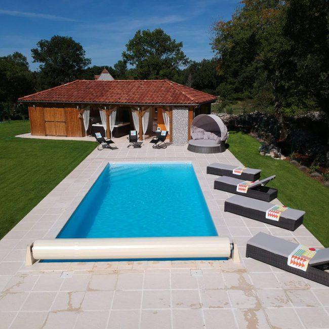 zwembad met loungers